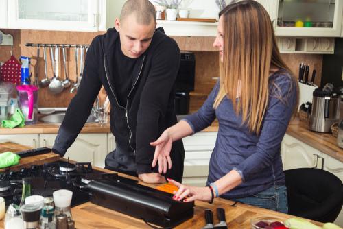 Un homme et une femme se servant d'une machine sous vide