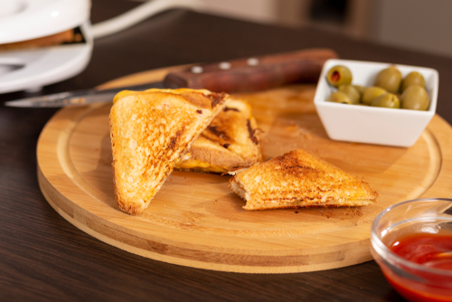 Croque-monsieur cuits prêts à être dégustés avec des olives